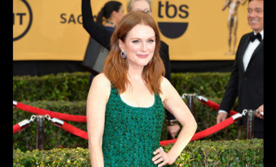 Julianna_Moore_Refuses_the_Mani_Cam_at_the_SAG_Awards_.jpg